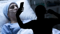 SNS가 뭐길래… 사망한 아버지 옆에서 셀카 찍어 인증한 여성