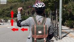 자전거 타고 '우회전' 수신호 하려면?