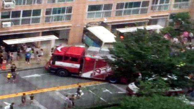 [속보]아파트 출입구로 버스 돌진…10여명 부상