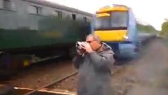 기차가 가까스로 빗겨간 남성…'십년감수 했네'