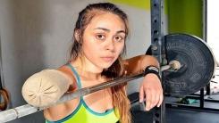 외팔 여성, 95kg 넘는 역기를 '번쩍'