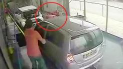 자동세차장 '급발진'…직원 밀치고 앞차와 충돌