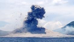 눈앞에서 폭발한 화산…'웃을 상황이 아닌 듯'