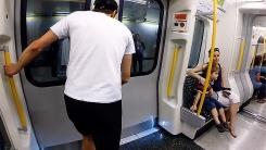 열차vs사람…런던에서 벌어진 '무모한 도전'