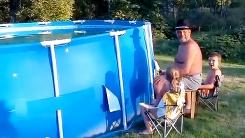 미국 아빠의 야외용 수영장 처리법 '화끈하네'