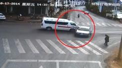 중국 앰뷸런스 질주…승용차·보행자 '봉변'