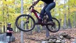 자전거 타고 '붕' 1초 후…'몸개그지?'