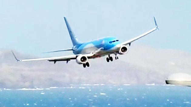 '아슬아슬' 곡예 비행…돌풍 속 여객기 착륙