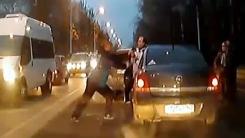 도로 한복판, 싸움 붙은 두 남자…'과격하네'
