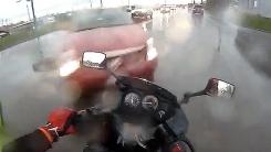 빗길 오토바이…갑자기 튀어나온 차량에 '꽝'