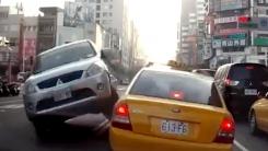 택시 위로 올라서는 SUV '힘이 넘쳐서'
