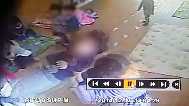 어린이집 교사, 두 살배기 낚아채 '내동댕이'