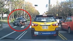 승용차에 부딪힌 자전거女 '무슨 일 있어요?'