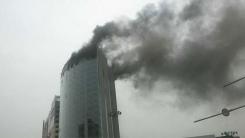 [제보영상] 완공 직전 호텔에서 불…2명 연기흡입