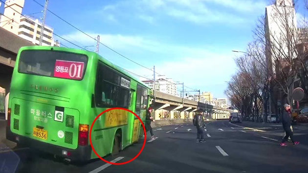 [이 시각 제보영상] 바퀴 빠진 마을버스 '황당한 출근길'