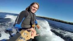 서핑하며 기타 연주…'멀티플레이 가능한 남자'