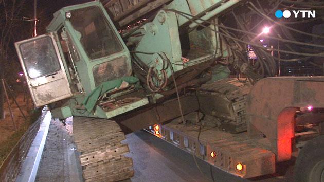 도심 달리던 트레일러에서 40톤 대형 크레인 추락