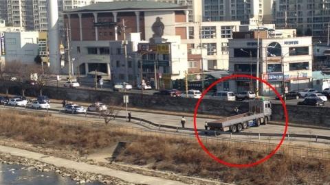 [제보영상] 도로에 긴 화물차 '옴짝달싹 못 해'