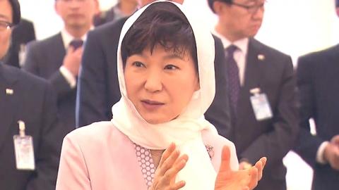 박근혜 대통령, '샤일로' 쓰고 구두 벗고…