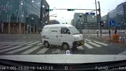 무리한 교차로 좌회전 '원치 않은 드리프트'