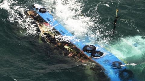 전복된 일본 선박에서 15시간 만에 선원 구조