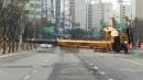도로 한복판으로 쓰러진 대형 크레인