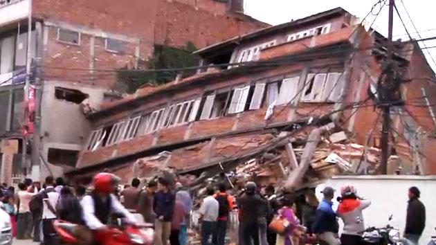 """[속보] 로이터 """"네팔 지진 사망자 688명으로 늘어"""""""