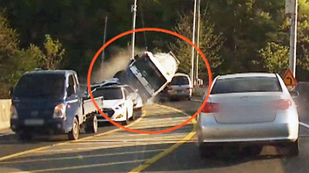25톤 레미콘 차량, 커브 길에서도 속도내다가…