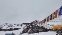 눈사태 덮친 에베레스트 캠프 '생사의 갈림길'