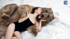 650kg 거대 곰과 눈밭에 드러누운 미녀 모델