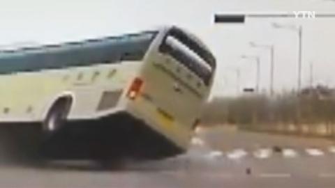 부딪히면 대형사고…버스와 승용차 '아찔한 순간'