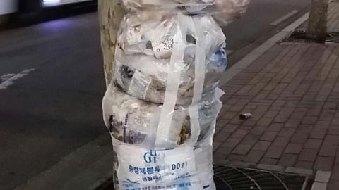 """종량제 봉투 위에 쌓은 '쓰레기탑'…""""해도 너무해"""