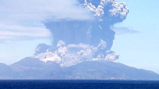 일본 화산 폭발, 9천m 상공까지 치솟은 연기