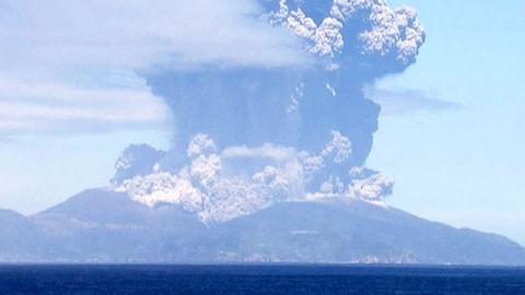 日 화산 폭발, 9천m 상공까지 치솟은 연기