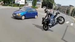 교차로 한복판 '뜻하지 않은' 오토바이 묘기