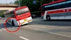 [영상] 달리다 바퀴 빠진 출근길 버스 '아찔'