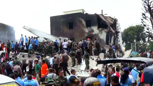 """인니 군수송기 주택가 추락…""""최소 116명 사망"""""""