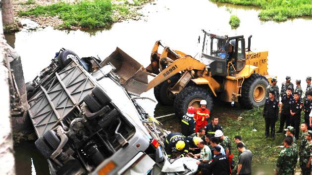 [속보] '중국 버스 추락' 사망자 11명으로 늘어