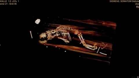 335년된 대주교 미라 옆 '의문의 태아 시체'
