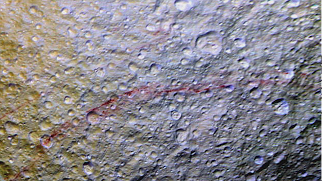 토성 위성 표면에서 정체불명의 '빨간 줄' 발견
