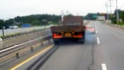 [렌즈로 본 세상] 트럭 타이어 자국 남기며 충돌