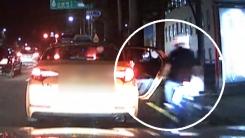 [렌즈로 보는 세상] 택시로 돌진하는 오토바이