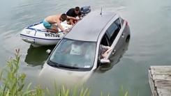 물에 빠져 가라앉는 차에서 노부부 구한 청년들
