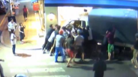 트럭에 깔린 女, 시민의 도움으로 1분 만에 구조