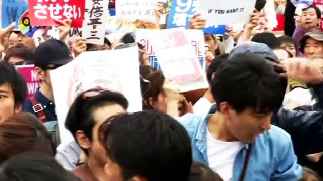 """""""전쟁 싫다""""…'아베 법안' 반대 12만 명 일본인 시위"""