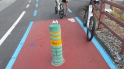 자전거 도로 한복판에 웬 안전봉?