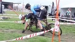 """""""거기 서!"""" 막장 싸움으로 번진 자전거 경주"""