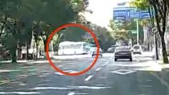 [단독영상] 탄천 시내버스 추락 순간...좌회전하다 사라져