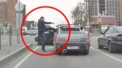 '얼굴에 대고 하이킥!' 도로 위 분노 폭발