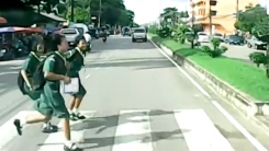 '앞만 보고 달리다가…' 질주 오토바이에 '쾅'